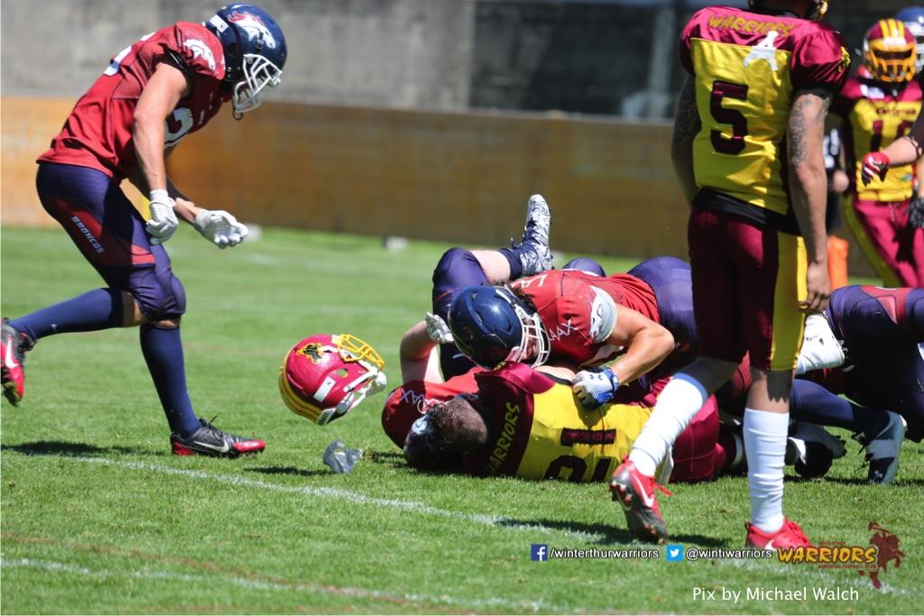 Jeremias Medici (Winterthur Warriors) am Boden,beim American Football Spiel zwischen den Calanda Broncos und den Winterthur Warriors , am Sonntag dem, 18. Juni 2017 auf dem Sportplatz Ringstrasse in Chur. (TOPpictures/Michael Walch)  Bild-Id: WAM_00114
