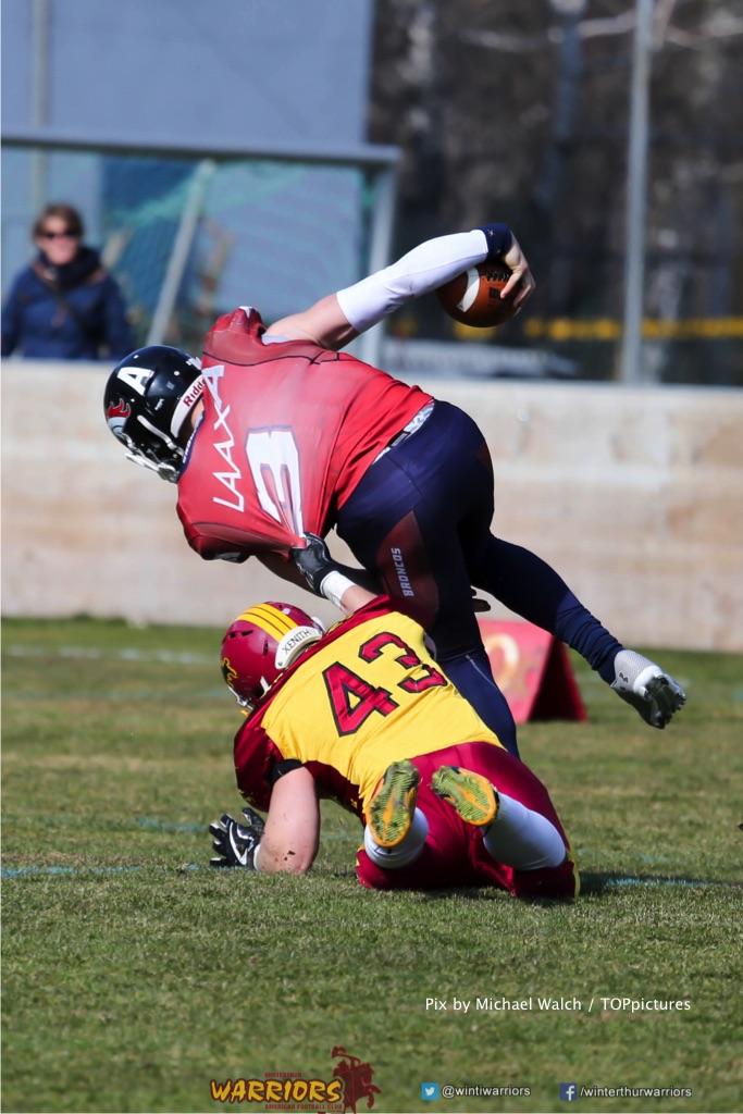 Yves Reitmann #43 (Winterthur) gegen Clark Evans #3(Chur) ,beim US-Sports spiel der American Football - NLA zwischen dem Calanda Broncos und dem Winterthur Warriors, on Sunday,  25. March 2018 im Stadion Ringstrasse in Chur. (TOPpictures/Michael Walch)  Bild-Id: WAM_34849