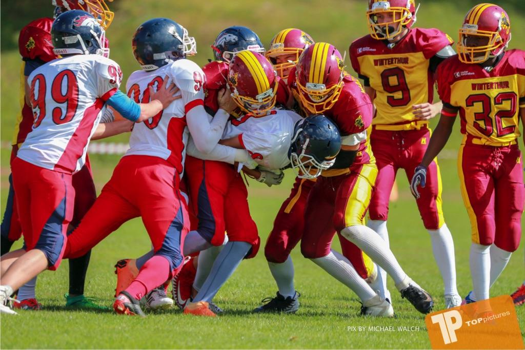 Beim US-Sports spiel der American Football - U16 zwischen dem Calanda Broncos U16 und dem Winterthur Warriors  U16, on Sunday,  26. August 2018 auf dem Sportplatz Looren in Witikon. (TOPpictures/Michael Walch)  Bild-Id: WAM_45366
