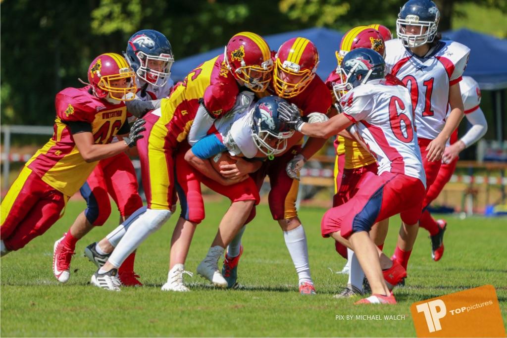 Beim US-Sports spiel der American Football - U16 zwischen dem Calanda Broncos U16 und dem Winterthur Warriors  U16, on Sunday,  26. August 2018 auf dem Sportplatz Looren in Witikon. (TOPpictures/Michael Walch)  Bild-Id: WAM_45458