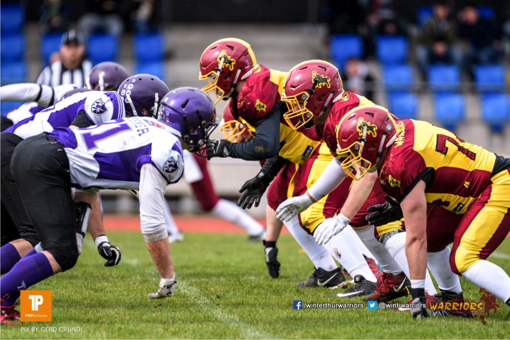 Line of Scrimmage, beim American Football Junioren A (U19) Spiel zwischen den Winterthur Warriors U19 und den Gladiators beider Basel U19, am Samstag, den 31. Maerz 2018 im Stadion Deutweg in Winterthur. (Foto: BEAUTIFUL SPORTS / Gerd Gruendl)Bild-Id: GRG_180331-0058