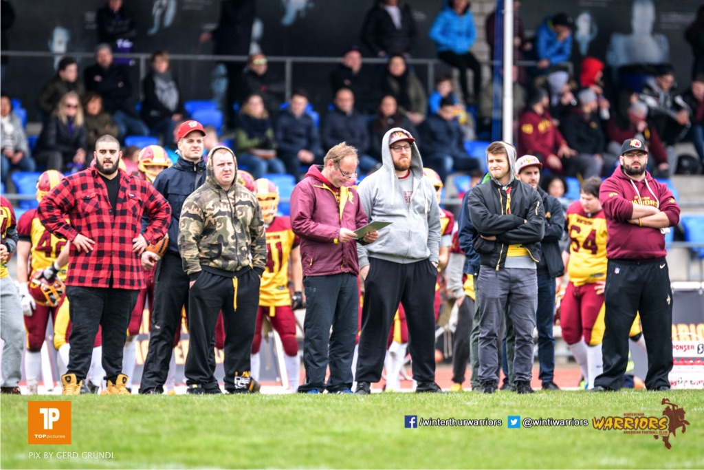 Die Sideline der Warriors, beim American Football Junioren A (U19) Spiel zwischen den Winterthur Warriors U19 und den Gladiators beider Basel U19, am Samstag, den 31. Maerz 2018 im Stadion Deutweg in Winterthur. (Foto: BEAUTIFUL SPORTS / Gerd Gruendl)Bild-Id: GRG_180331-0297