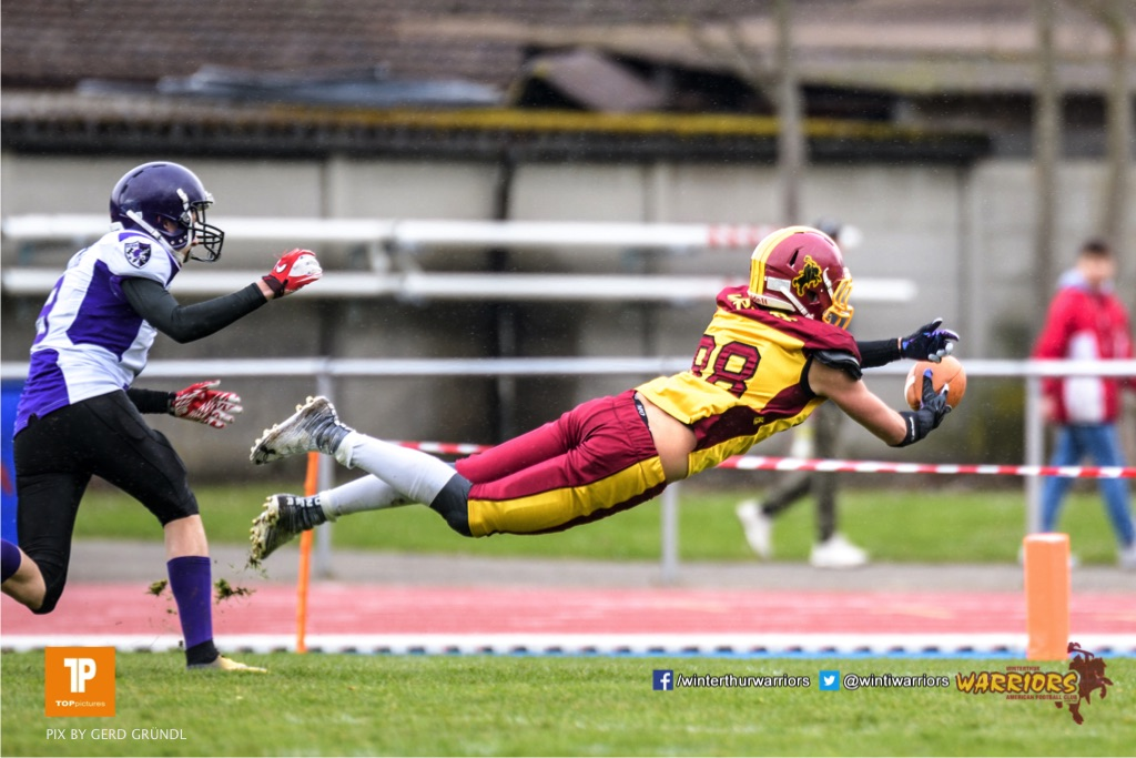 Spieler der Warriors springt nach dem Ball, beim American Football Junioren A (U19) Spiel zwischen den Winterthur Warriors U19 und den Gladiators beider Basel U19, am Samstag, den 31. Maerz 2018 im Stadion Deutweg in Winterthur. (Foto: BEAUTIFUL SPORTS / Gerd Gruendl)Bild-Id: GRG_180331-0363