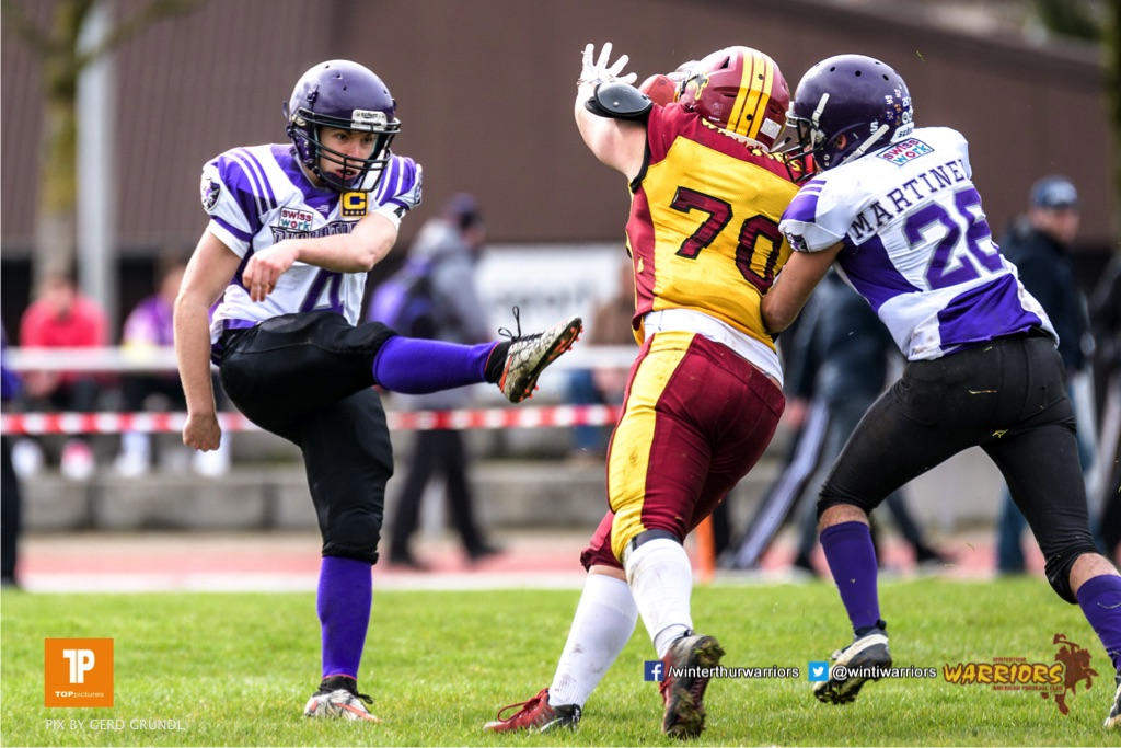 Warrios #70 faengt den Kick der Gladiators ab, beim American Football Junioren A (U19) Spiel zwischen den Winterthur Warriors U19 und den Gladiators beider Basel U19, am Samstag, den 31. Maerz 2018 im Stadion Deutweg in Winterthur. (Foto: BEAUTIFUL SPORTS / Gerd Gruendl)Bild-Id: GRG_180331-0479