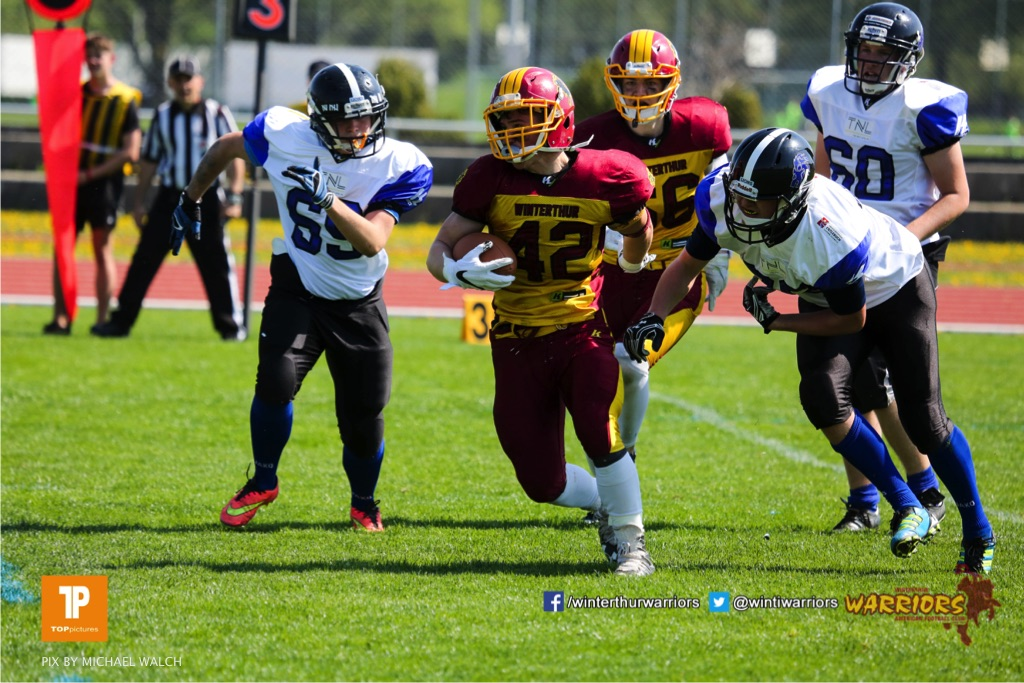 Leon Simioni #42 (Winterthur),beim US-Sports spiel der American Football - U19 zwischen dem Winterthur Warriors und dem Luzern Lions  U19, on Saturday,  21. April 2018 auf dem  Winterthurer Deutweg in Winterthur. (TOPpictures/Michael Walch)Bild-Id: WAM_36947